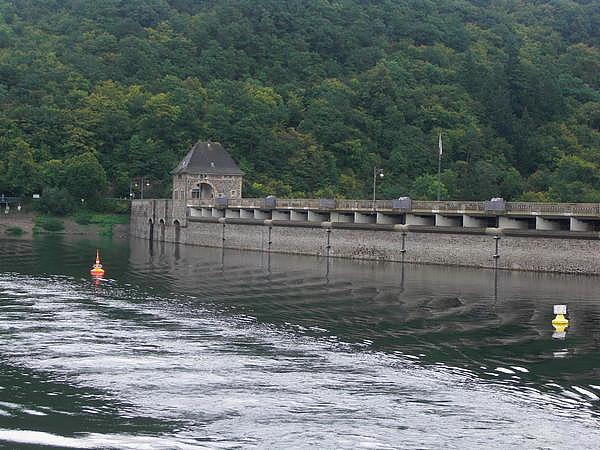 Staumauer vom Wasser aus